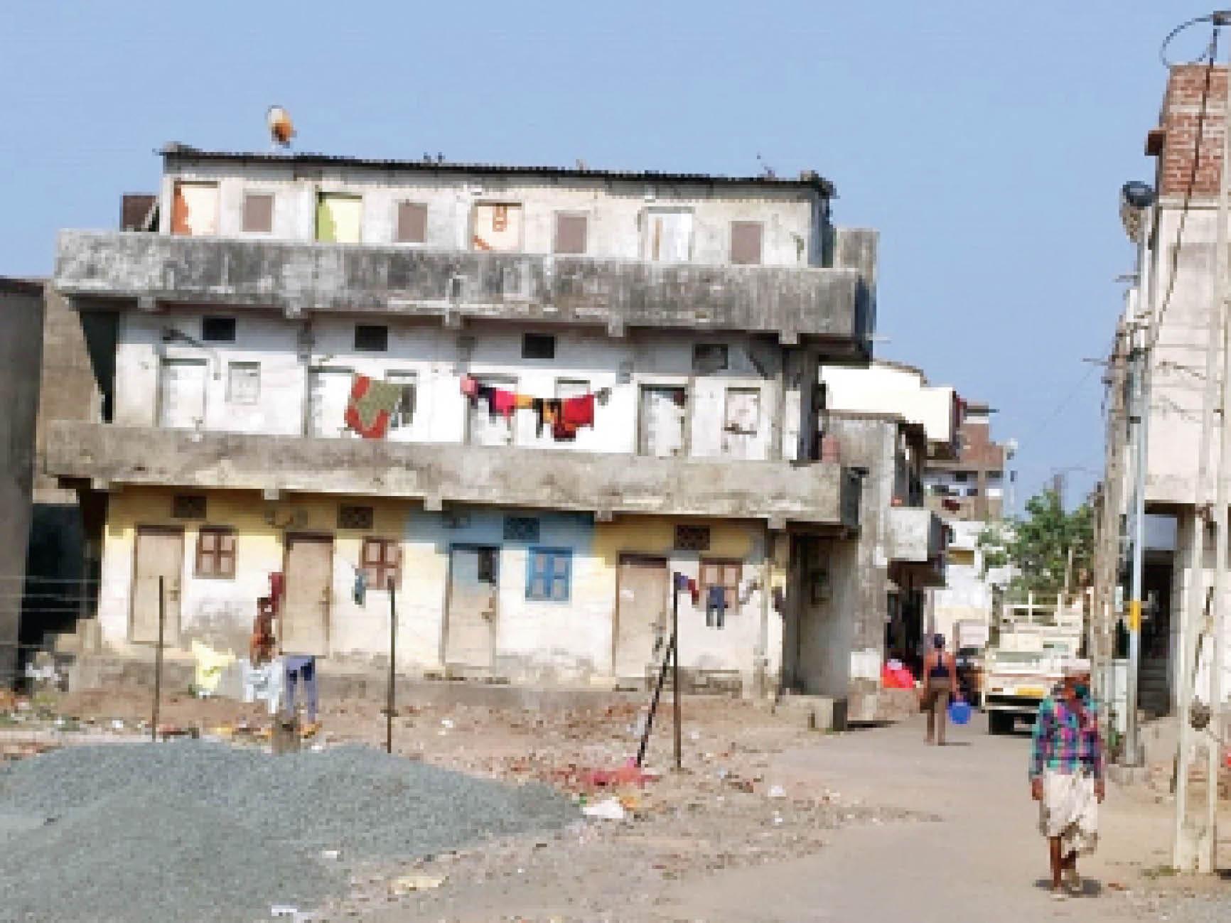 पांडेसरा के बमरोली गांव में श्रमिकों से खाली हो चुकी चॉलों पर ताले लगे। - Dainik Bhaskar