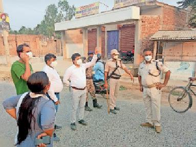 चौसा में गुरुवार को दुकानों को बंद कराते एसडीएम व अन्य अधिकारी। - Dainik Bhaskar