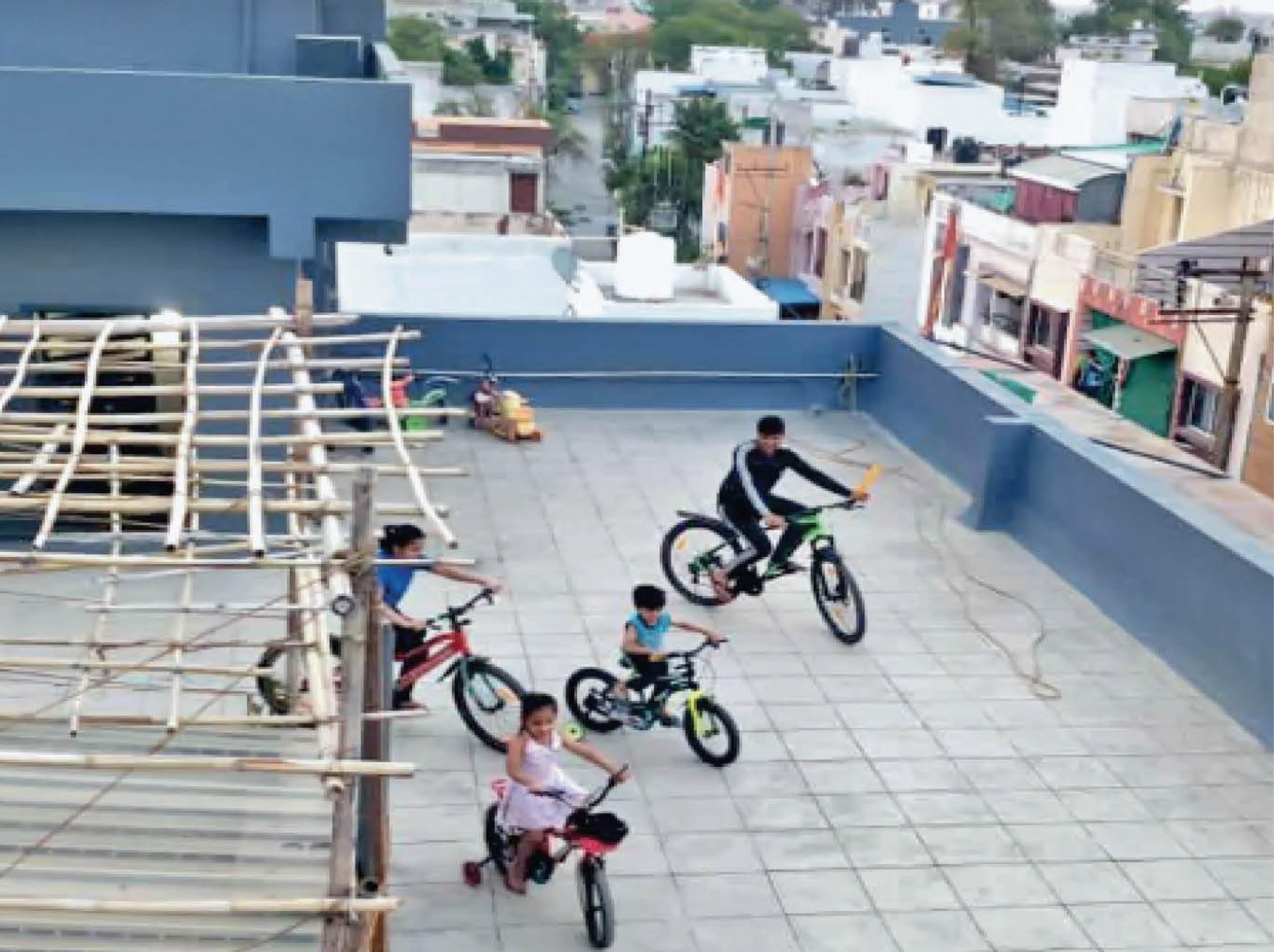 खंडवा रोड स्थित श्री कृष्णा एवेन्यू कॉलोनी को माइक्रो कंटेनमेंट एरिया बनाने पर शाम होते ही बच्चे अपना मनोरंजन करने छतों पर साइकिल चलाते हैं। - Dainik Bhaskar