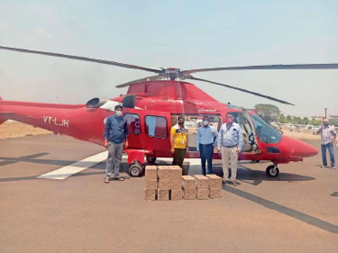 गुरुवार को स्टेट प्लेन से ढाना हवाई पट्टी पहुंचे रेमडेसिविर के 15 बॉक्स, जिनमें 720 इंजेक्शन आए हैं। - Dainik Bhaskar