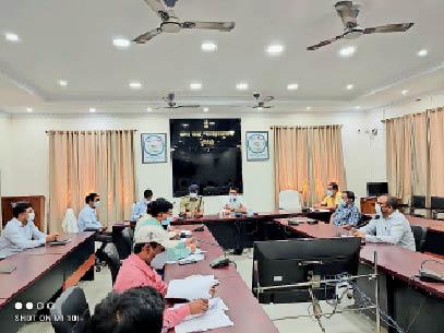 समाहरणालय सभागार में कोविड-19 को लेकर समीक्षा बैठक करते जिलाधिकारी। - Dainik Bhaskar