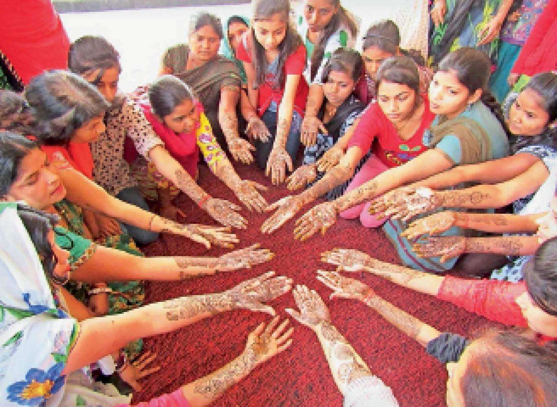 किशाेरियां मेहंदी रचे हाथ दिखाते हुए।    (फाइल फोटो) - Dainik Bhaskar