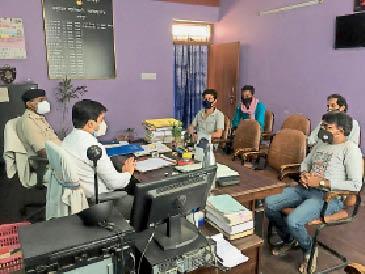 गुरुवार को धर्मशाला संचालकों के साथ बैठक करते एसडीएम व एसडीपीओ। - Dainik Bhaskar
