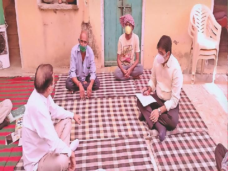 उदयपुरवाटी, छापोली में मृतक परिवार के परिजनों से पूछताछ करते सीएमएचओ। - Dainik Bhaskar