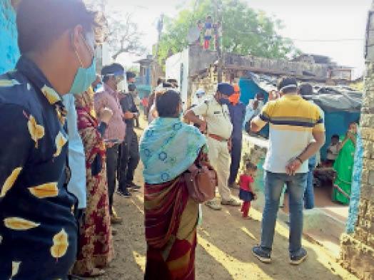 बाल विवाह रोकने पहुंची टीम - Dainik Bhaskar