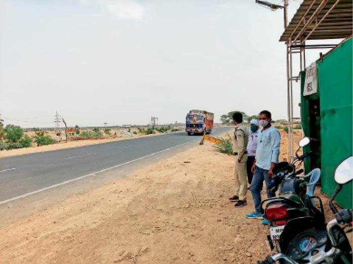 बाहर से आने वाले लोगों की कोरोना संबंधित हिस्ट्री जांचने के लिए बनाए चेक पोस्ट से निकलते वाहन। - Dainik Bhaskar