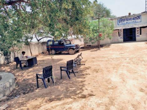 भिंड थाने में रखीं प्लास्टिक की कुर्सियां - Dainik Bhaskar