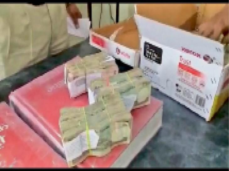 इंदौर पुलिस द्वारा ठेकेदार के पास से जब्त किए गए रुपए। - Dainik Bhaskar