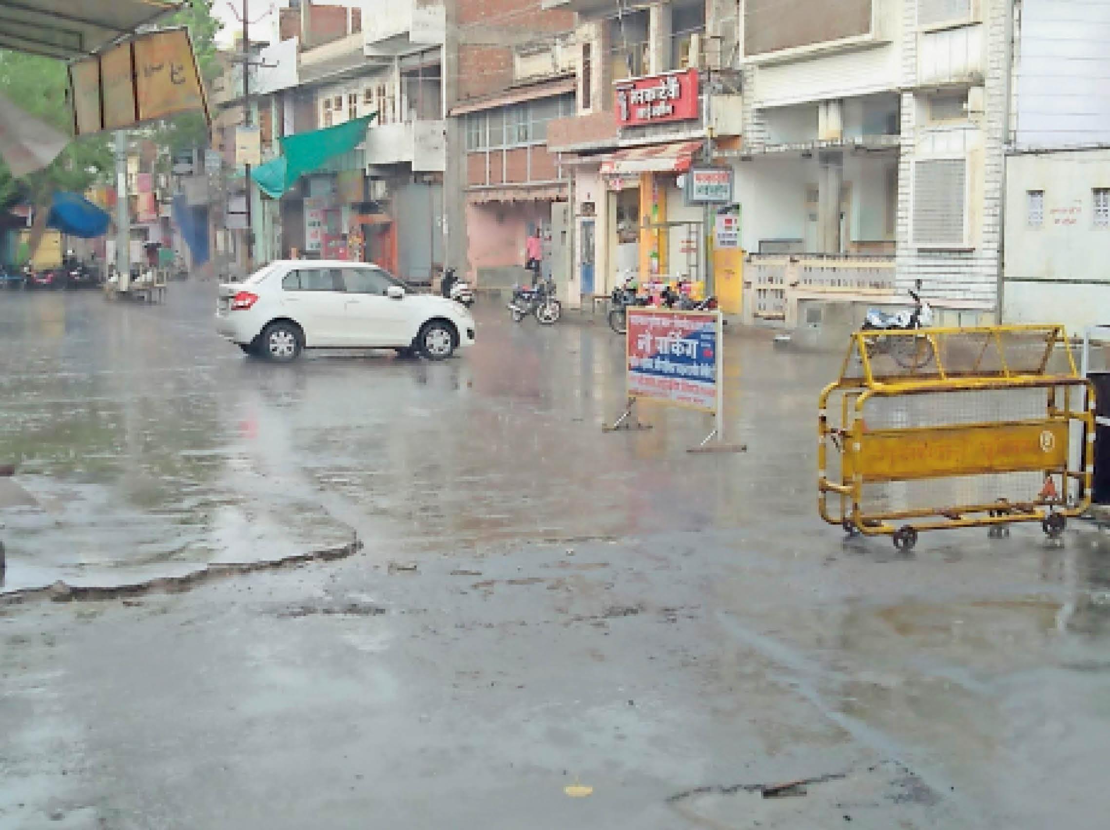 शिवगंज. शहर में शाम को आई हल्की बारिश के दौरान सड़कें भीग गईं। - Dainik Bhaskar