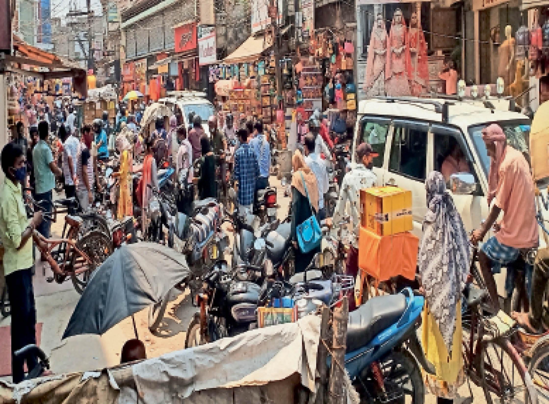 बाजारों में लोगों की ऐसी ही भीड़ उमड़ने के कारण करनी पड़ी सख्ती - Dainik Bhaskar
