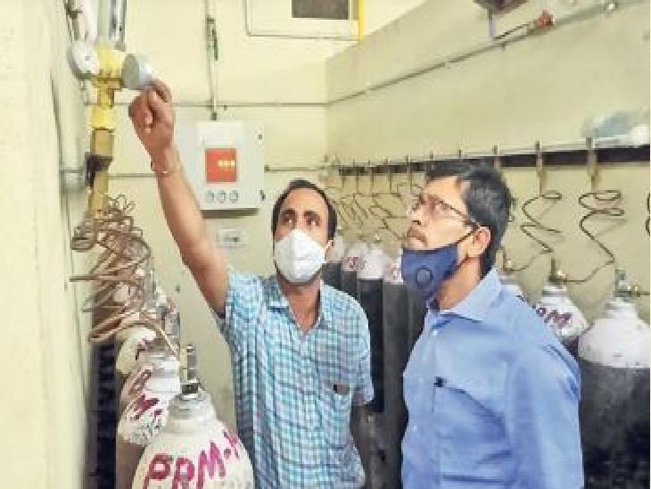 हॉस्पिटल में ऑक्सीजन प्लांट का जायजा लेते कलेक्टर। - Dainik Bhaskar