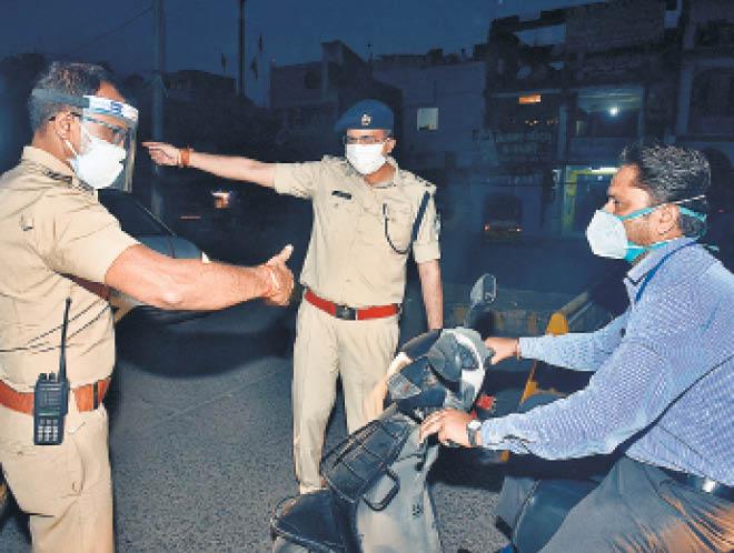 एसपी सिद्धार्थ बहुगुणा ने खुद मोर्चा सँभाला और चौराहों पर खड़े होकर राहगीरों से पूछताछ की - Dainik Bhaskar