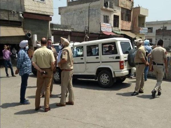 गोली लगने से घायल दूसरे भाई को पुलिस वाले ही उठाकर अस्पताल ले गए, जहां उसका उपचार चल रहा है। - Dainik Bhaskar
