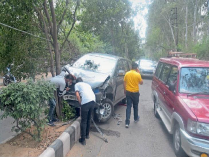 पीएयू रोड पर हाथी काॅम्प्लेक्स के पास एक ओवर स्पीड इनोवा कार सवार युवक ने आगे निकलने के चक्कर में दो कारों को टक्कर मार दी। - Dainik Bhaskar