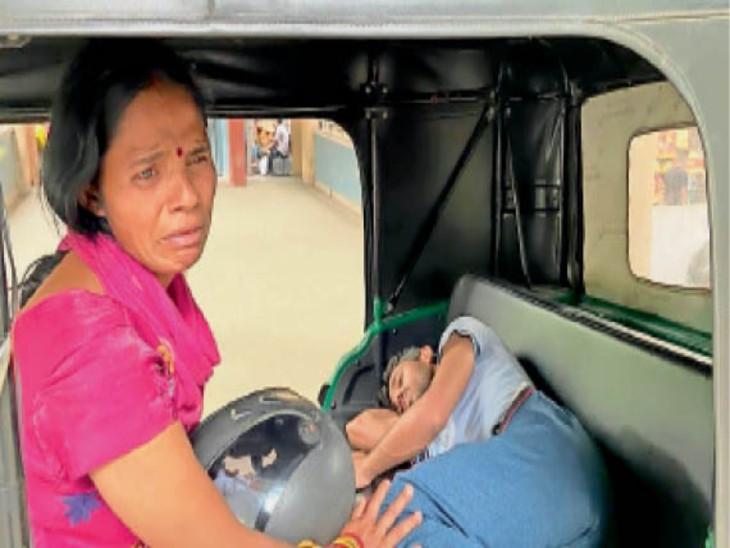 ये आंसू जिगर के टुकड़े के लिए निकले हैं... सिविल अस्पताल की इमरजेंसी के बाहर ऑटो में लेटा 22 वर्षीय नीरज और उसे अस्पताल में दाखिल न करने पर रोती हुई उसकी मां नीलम। - Dainik Bhaskar