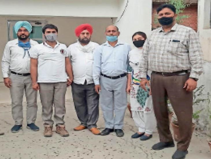 ब्यूरो ने इंशात बंसल को रिश्वत लेने के आरोप में गिरफ्तार कर केस दर्ज कर लिया तथा दूसरे जेई मोहित गर्ग की तलाश कर रही है। यह भी बताया कि इससे पहले 28 अप्रैल को नरेन्द्र सिंह ने पिछली फाइलों को क्लीयर करवाने के लिए 9500 रुपए रिश्वत दी थी। - Dainik Bhaskar
