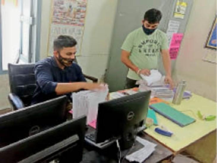 एसडीएम-2 दफ्तर में लाइसेंसों का काम निपटाते हुए मुलाजिम। - Dainik Bhaskar