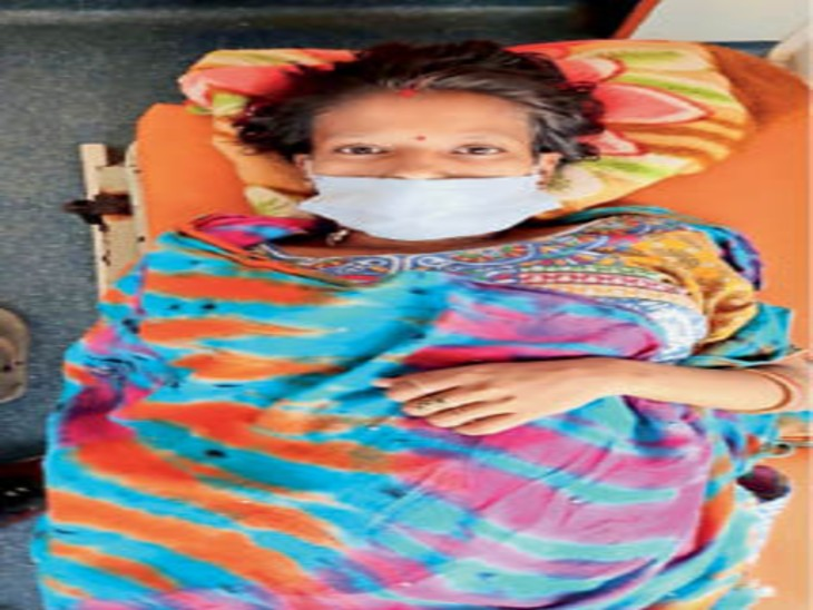 स्ट्रेचर पर गर्भवती निशा। - Dainik Bhaskar