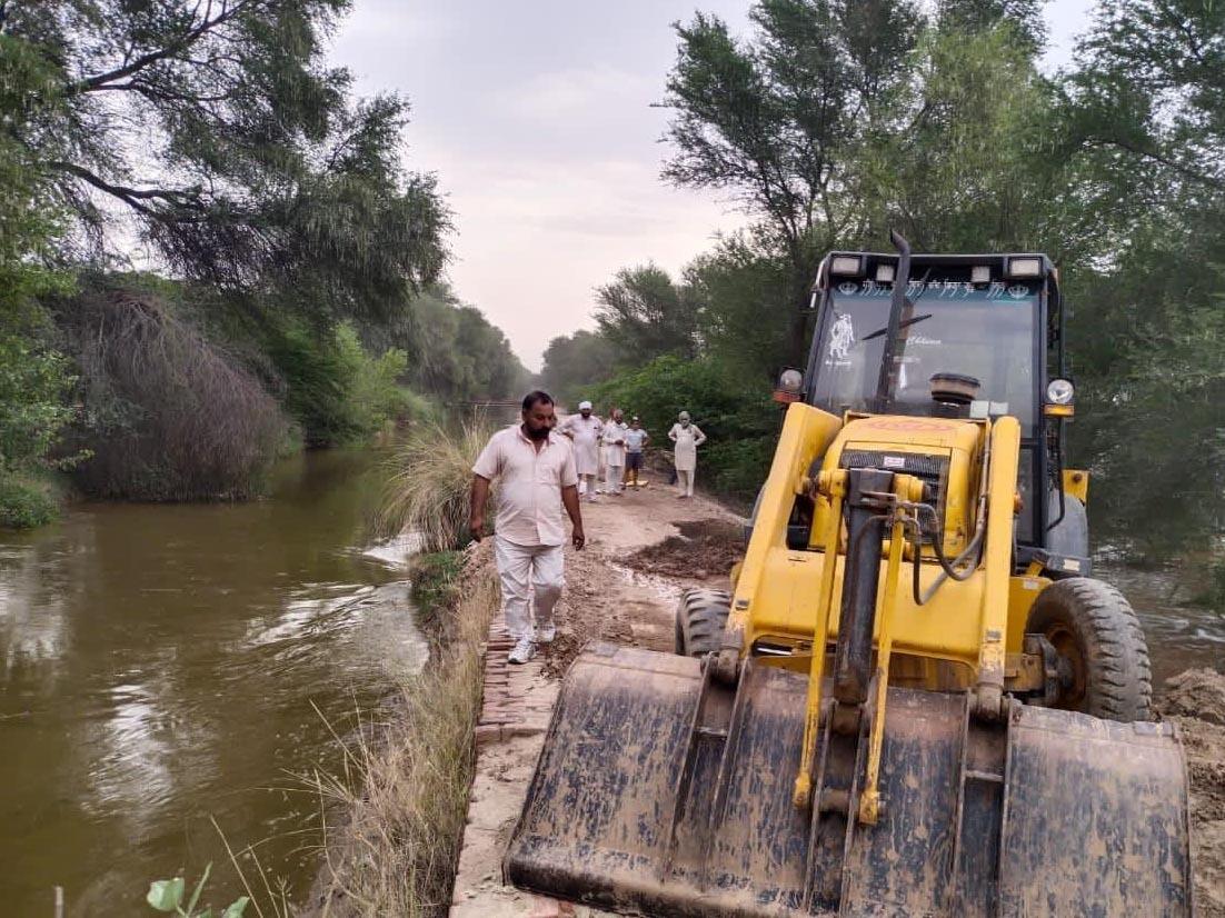जैतसर क्षेत्र के गांव  तेरह  जीबी के पास नहर का कटाव पाटते किसान। - Dainik Bhaskar