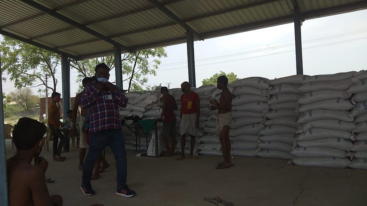 बांसवाड़ा के ठीकरिया स्थित खरीदी केंद्र पर मौजूद मजदूर एवं व्यवस्थापक।