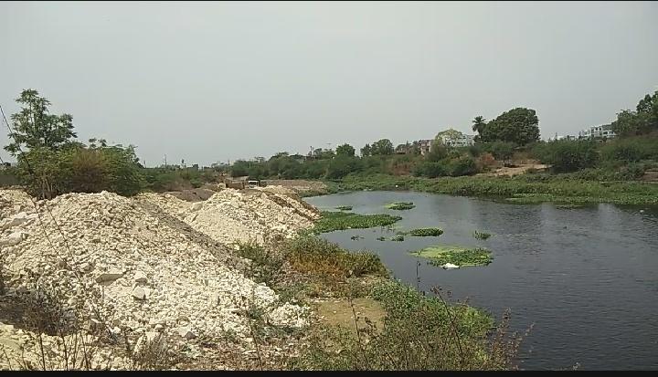 शहर के शारदा नगर क्षेत्र से हो रहा भराव। - Dainik Bhaskar