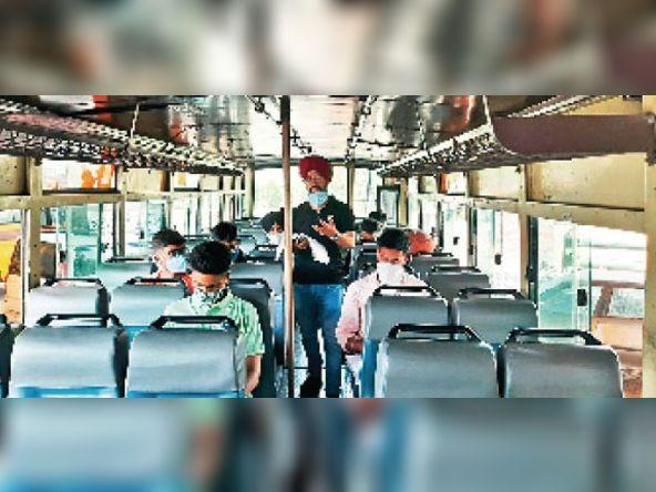 कोचिंग की हिमायत करते हुए सीमा लांघी, बस में बच्चे पढ़ाए|जालंधर,Jalandhar - Dainik Bhaskar