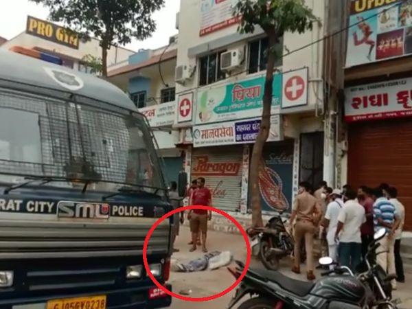 लाचार पिता ने पैसों का इंतजाम होने के बाद जमा करने की बात कही तो बेटे की लाश अस्पताल के बाहर सड़क पर फिंकवा दी। - Dainik Bhaskar