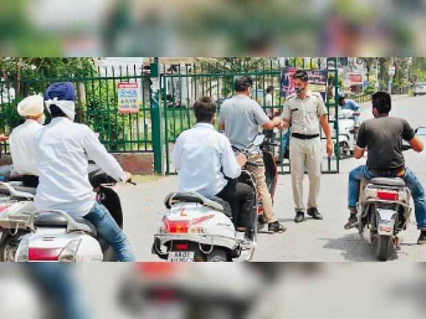 मैक्राे कंटेनमेंट जाेन में कहीं घरों से बाहर घूम रहे लाेग ताे कहीं पुलिस सख्ती से कर रही चेकिंग|अम्बाला,Ambala - Dainik Bhaskar
