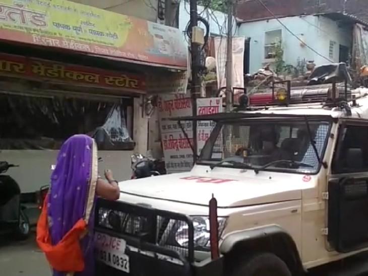 फिजूल घूम रहे पति को जेल जाने से बचाने के लिए 100 मीटर दौड़ी पत्नी, पुलिस गाड़ी के सामने खड़ी हो गई, हाथ जोड़े; पर एक न चली|सागर,Sagar - Dainik Bhaskar