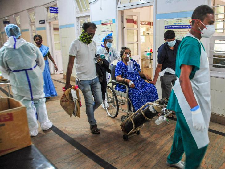 यह फोटो बेंगलुरु की है। यहां ऑक्सीजन सपोर्ट के साथ एक कोरोना पेशेंट को हॉस्पिटल में एडमिट कराने ले जाते हेल्थकेयर वर्कर्स।