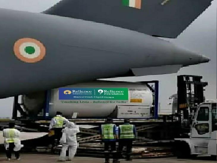 1000 MT ऑक्सीजन मरीजों तक पहुंचाने के लिए 24 टैंकर्स एयरलिफ्ट, मुकेश अंबानी खुद कर रहे हैं निगरानी|बिजनेस,Business - Dainik Bhaskar