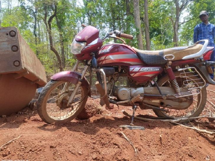 छत्तीसगढ़ में कांकेर थाने के एक जवान की बाइक नक्सल प्रभावित इलाके मानपुरके सुनसान इलाके में मिली है। - Dainik Bhaskar