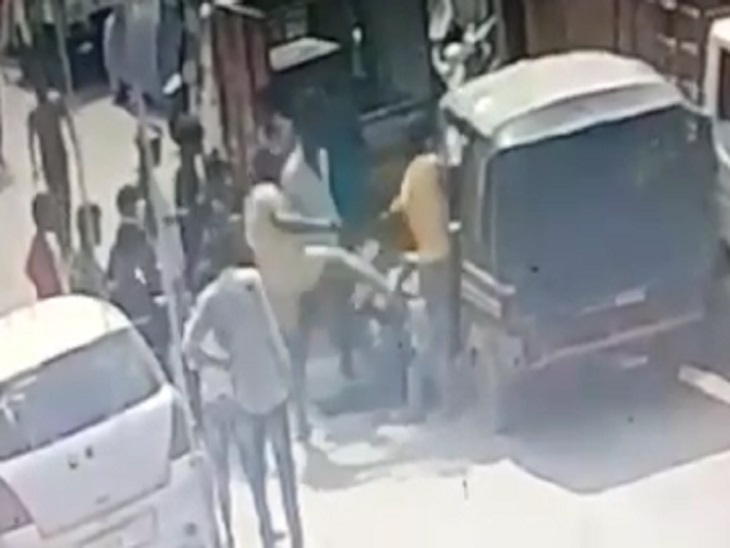 रायपुर में बीच सड़क पर सामाजिक संस्था के युवकों को पीटा गया, CCTV का वीडियो भी आया सामने, विरोध करने लोग थाने पहुंचे तब हुई कार्रवाई|रायपुर,Raipur - Dainik Bhaskar