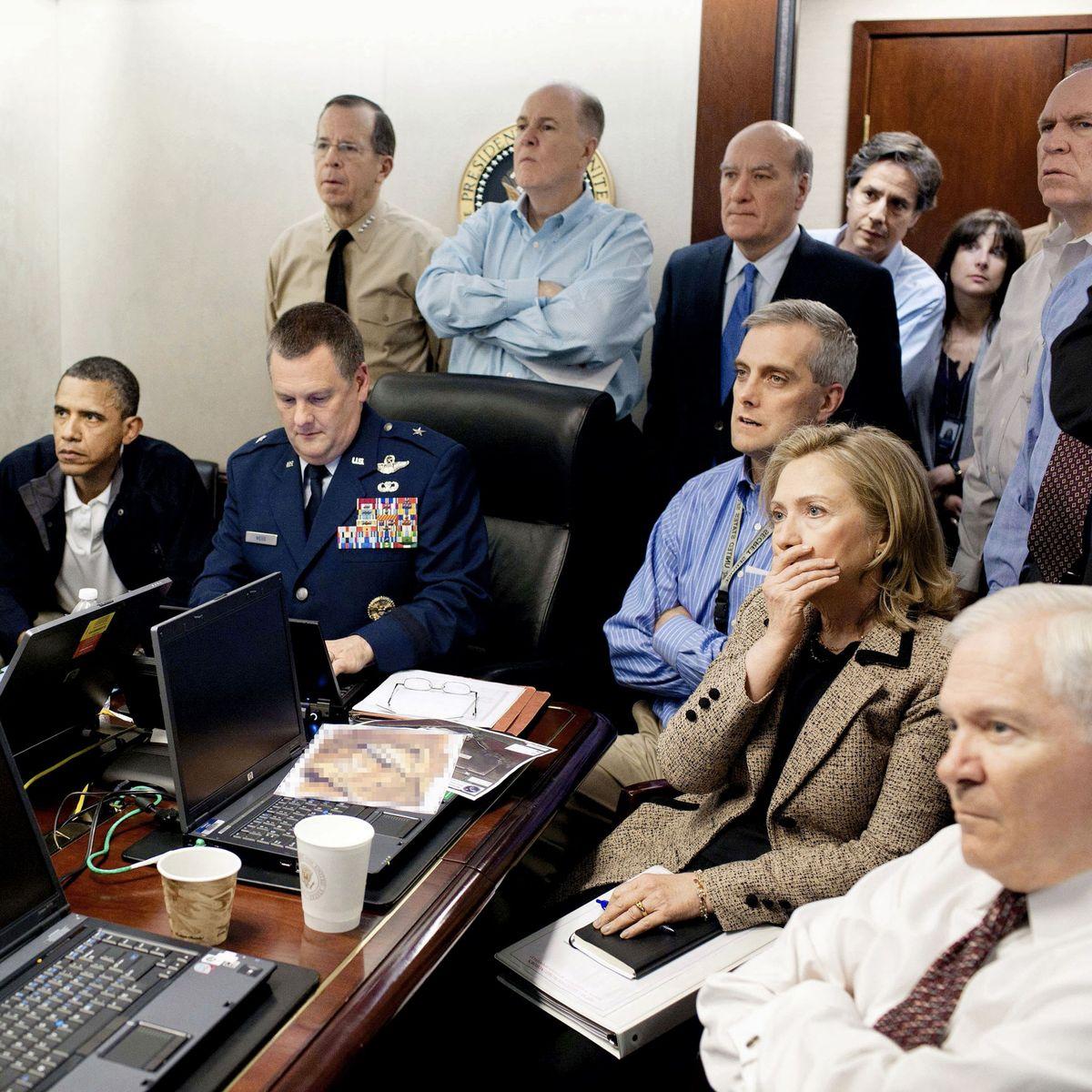 जिस समय लादेन के गोपनीय ठिकाने पर ऑपरेशन चल रहा था, तब अमेरिका के राष्ट्रपति बराक ओबामा, उस समय विदेश मंत्री हिलेरी क्लिंटन ने अन्य अफसरों के साथ उसका सीधा प्रसारण कुछ इस तरह देखा। यह फोटो ऑपरेशन के कुछ दिन बाद जारी हुई थी।