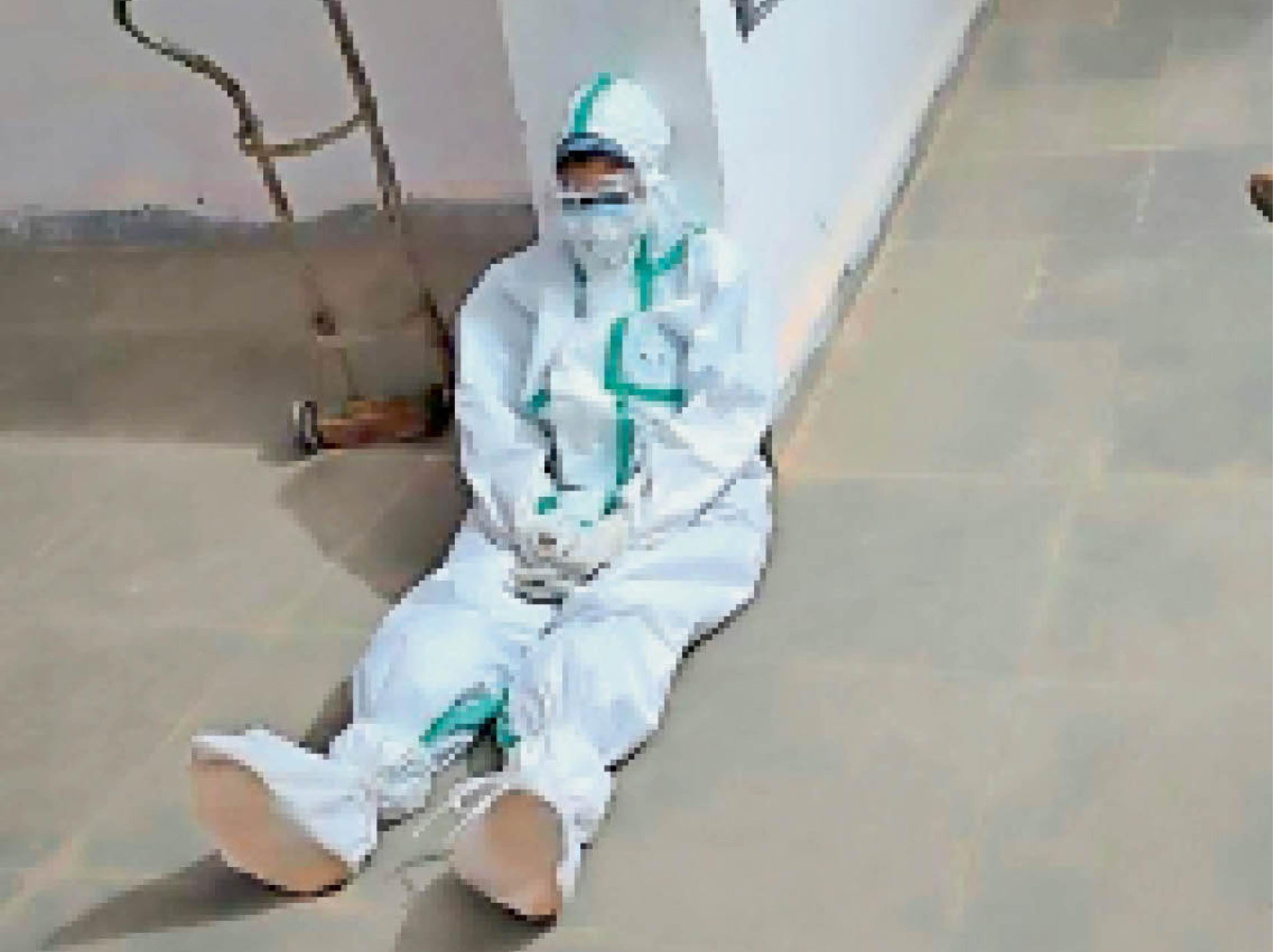 कोविड सेंटर की थकान- \पखांजूर के कोविड सेंटर में लगातार ड्यूटी से नर्स थक कर चूर हो गई तो कुछ देर के लिए कुछ इस तरह सुस्ताती नजर आई। - Dainik Bhaskar