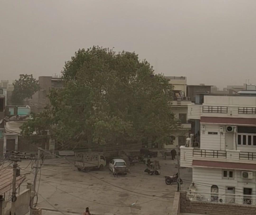 बीकानेर में एक बार फिर मौसम बदला, शहर में अंधड़ के बाद बूंदाबांदी, गांवों में ओले भी गिरे|बीकानेर,Bikaner - Dainik Bhaskar