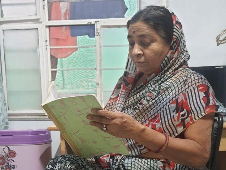 घर पर किताब पढ़तीं रेखा देवी।