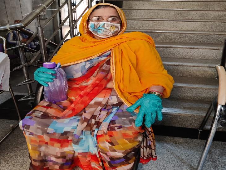 वैक्सीनेशन सेंटर पर अपनी बारी का इंतजार करती महिला। वैक्सीनेशन के लिए कोविन एप पर रजिस्ट्रेशन कराना है, लेकिन ज्यादातर लोग अपने दस्तावेज दिखाकर सेंटर पर ही रजिस्ट्रेशन करा रहे हैं।