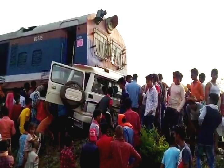 हादसे के बाद घटनास्थल पर जुटी लोगों की भीड़। - Dainik Bhaskar