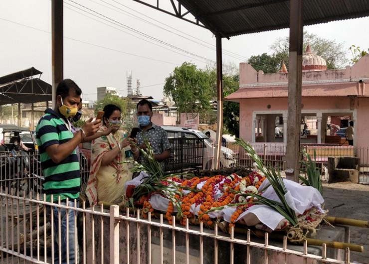 प्रदेश की राजधानी में जयपुर में 24 घंटे में सबसे ज्यादा 54 मौतें हुईं। यहां हर घंटे में दो मरीज जान गवां रहे है। श्मशान में लोग वीडियो कॉल के जरिए अपनों की चिता के अंतिम दर्शन करवाने को मजबूर हैं। - Dainik Bhaskar