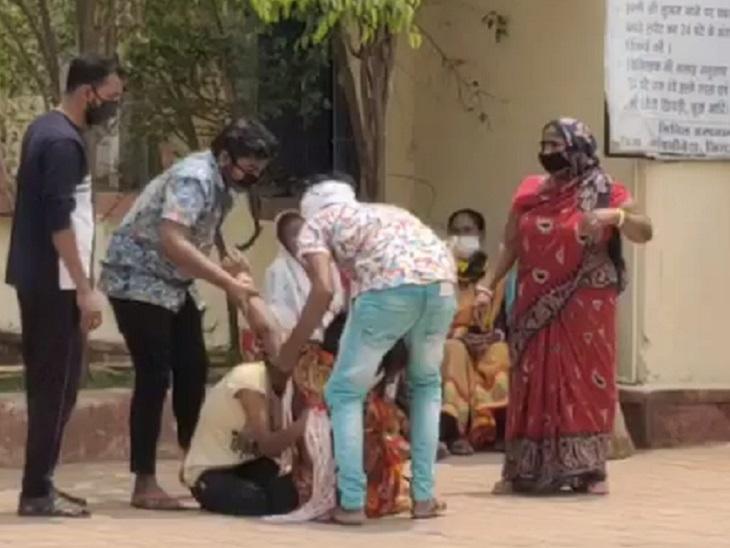 महिला की मौत के बाद परिजन बाहर रोते-बिलखते रहे और उन्होंने जमकर हंगामा भी किया।