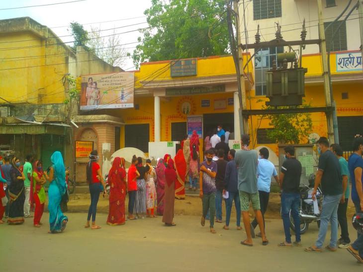 रजिस्ट्रेशन करवाने वालों को ही लगा रहे टीका, खचाखच भरी लाइन में अपनी बारी का इंतजार किया, वैक्सीन लगवाई और निकल गए घर|सीकर,Sikar - Dainik Bhaskar