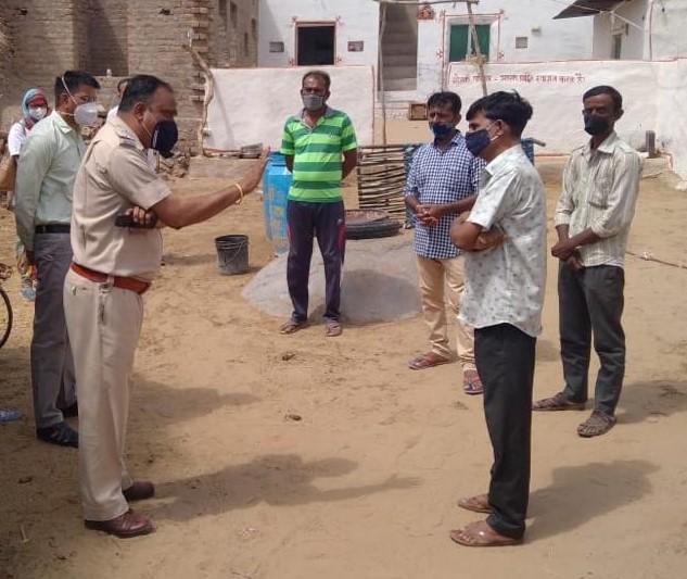 परिजनों को समझाइश करते पुलिस अधिकारी। - Dainik Bhaskar