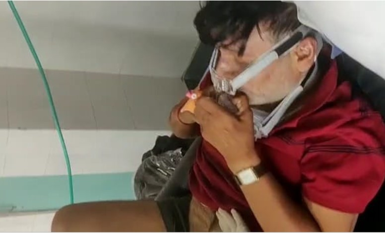 भोपाल एम्स में तड़पते पिता को लेकर भटकता रहा युवक, वीडियो बना कर कहा- कोई तो मदद करो, ऑक्सीजन नहीं है, डॉक्टरों का भी पता नहीं मध्य प्रदेश,Madhya Pradesh - Dainik Bhaskar