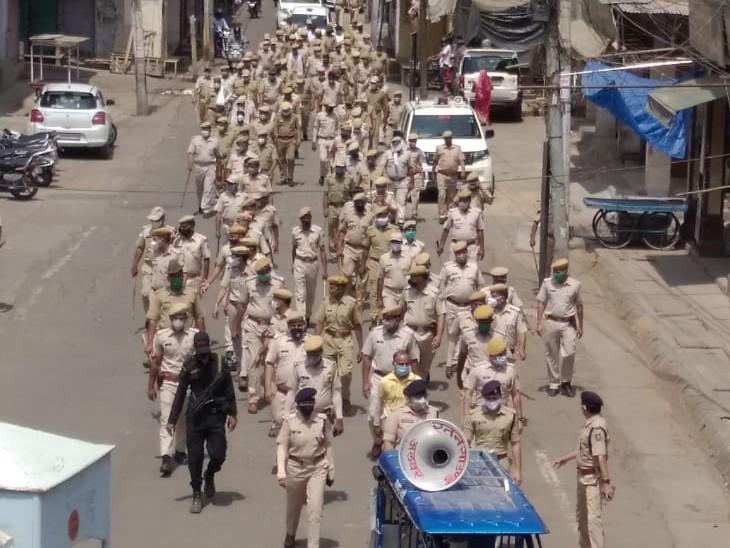 अलवर शहर में लगातार दूसरे दिन भी एसपी के नेतृत्व में निकाला फ्लैग मार्च, बाजाराें में भीड़ को चेता रहे|अलवर,Alwar - Dainik Bhaskar