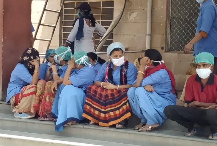 अलवर जिला अस्पताल में सफाईकर्मियों ने कहा कि 100 फीसदी ठेका सफाइकर्मियों से कोरोना वार्डों में सफाई करा रहे, वेतन भी नहीं बढ़ा|अलवर,Alwar - Dainik Bhaskar