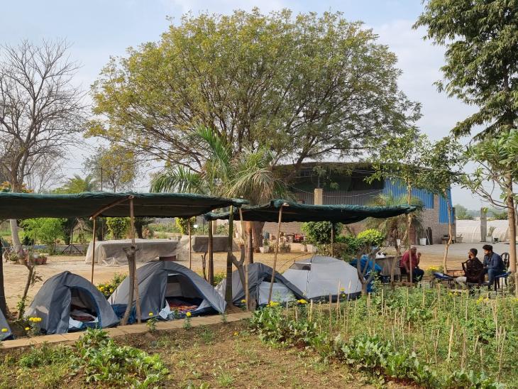 अपने खेत के पास ही उन्होंने तंबू लगाकर कैंप बना रखा है। ट्रेनिंग के लिए आने वाले किसानों के लिए यहां रुकने की व्यवस्था होती है।