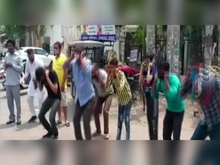 बाहर घूम रहे युवकों से पुलिस ने करवाई उठक-बैठक, कानूनी कार्रवाई की चेतावनी देकर छोड़ा|हरियाणा,Haryana - Dainik Bhaskar