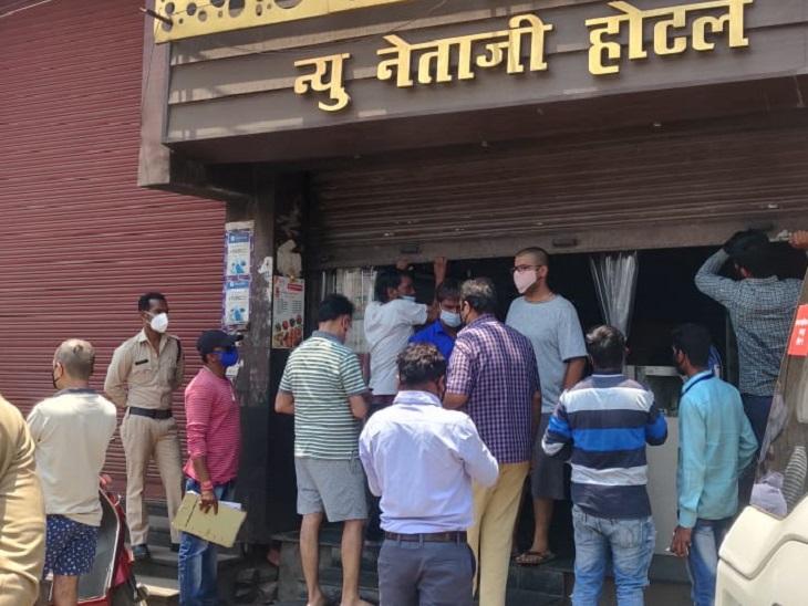 शटर गिराकर अंदर से बेची जा रही थी गरमा-गर्म कचौरियां और समोसे, पहुंच गई नगर निगम की टीम; अब दुकान सील|रायपुर,Raipur - Dainik Bhaskar