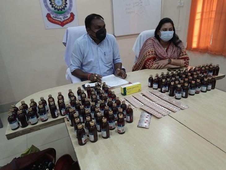 महासमुंद में 1.5 लाख रुपए से ज्यादा कीमत की प्रतिबंधित कफ सिरप और टेबलेट बरामद, 3 तस्कर गिरफ्तार|छत्तीसगढ़,Chhattisgarh - Dainik Bhaskar